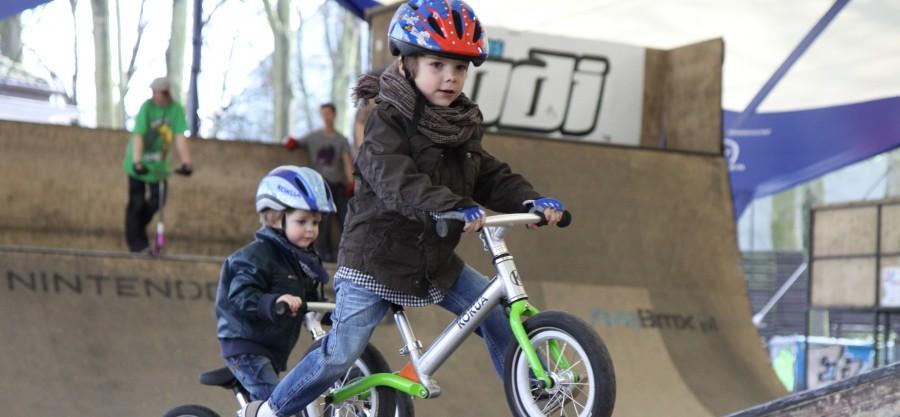dzieci na rowerkach w skateparku